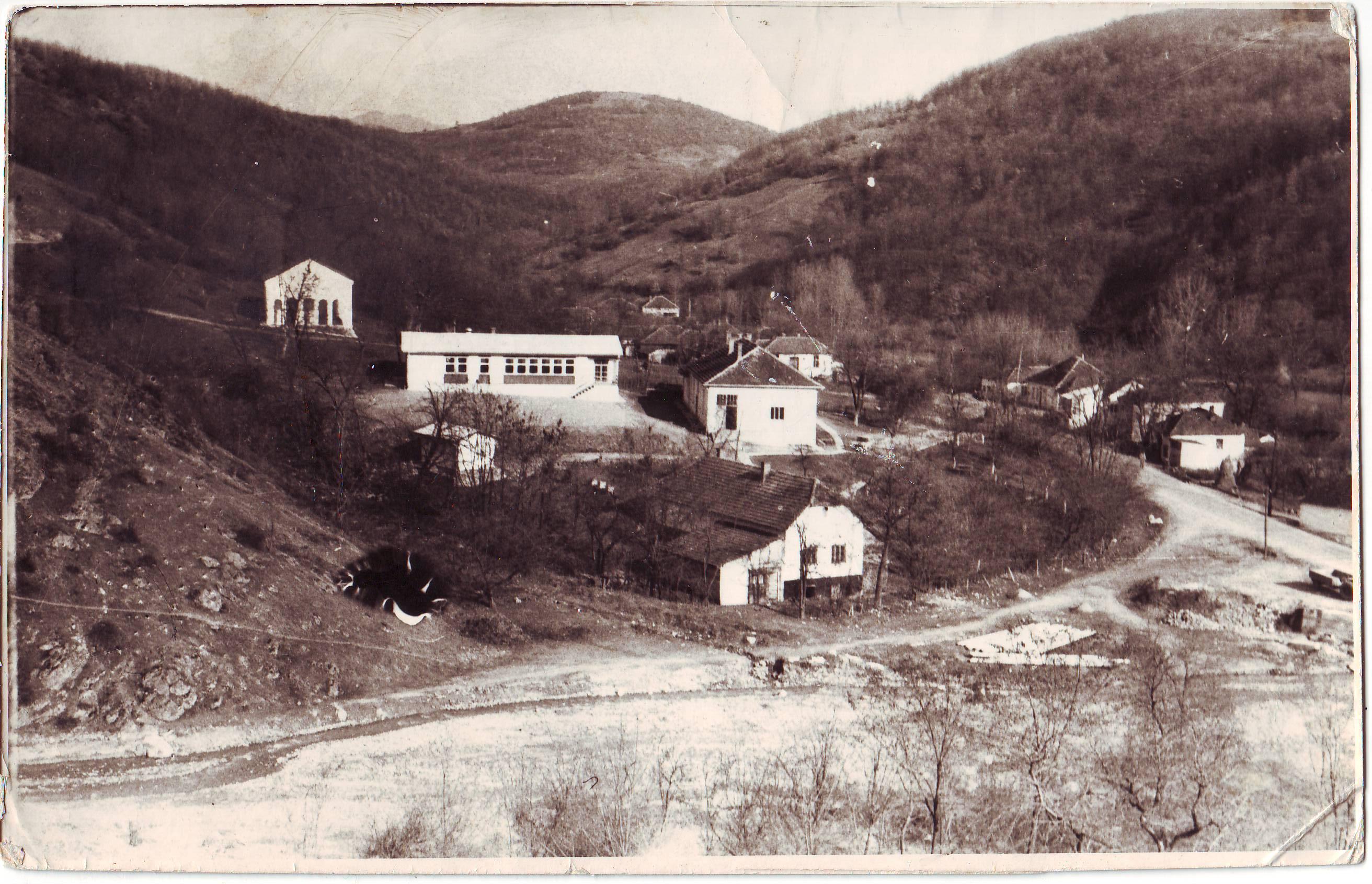 Фото запис 1975, село Крушевица (црква, школа и део села). Снимио: Мирослав Младеновић, наставник школе у Крушевици