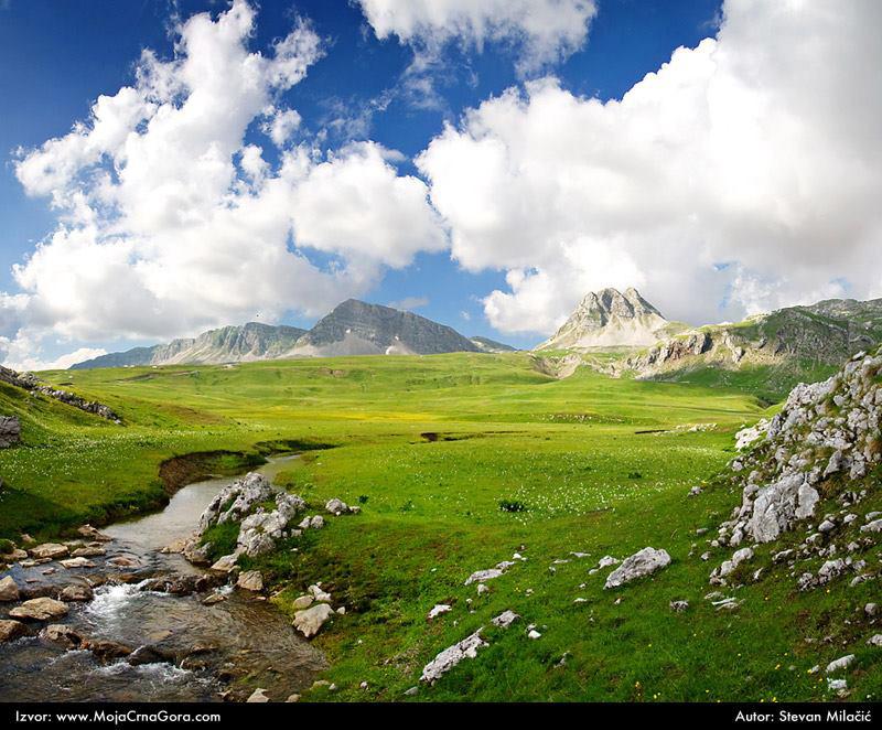 Висораван Лукавица и ток једног од 380 њених извора. У близини се налазе Капетаново и Манито језеро.