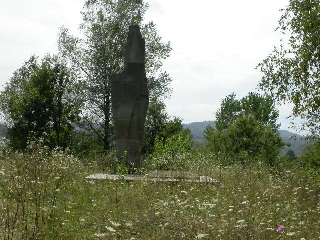 Спомен костурница стрељаних житеља Јадра 1941. године у Драгинцу