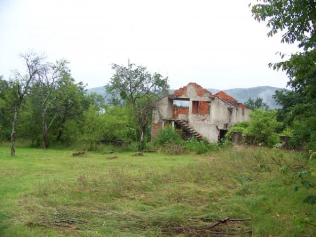 Остаци српских кућа у селу Калати, снимљено 13. јула 2014. године