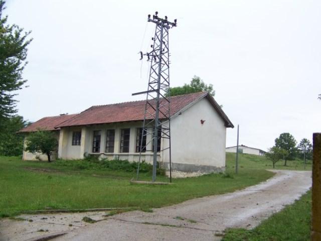Четвороразредна школа у селу Калатима, снимљено 13. јула 2014. године