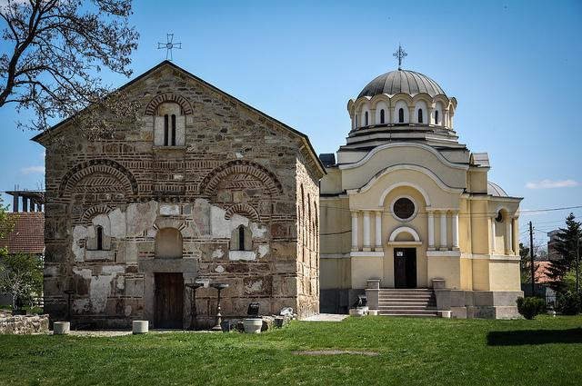 Стара и нова црква у Липљану
