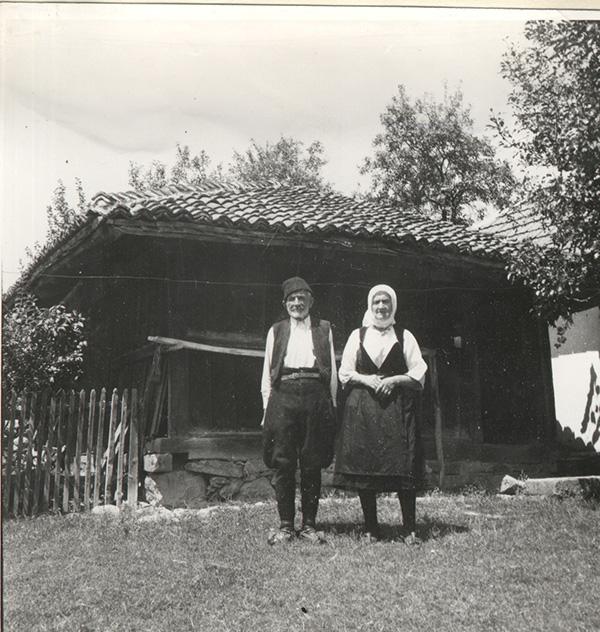 Брестовац, Кнић, народна ношња, породични портре, www.eads.org.rs