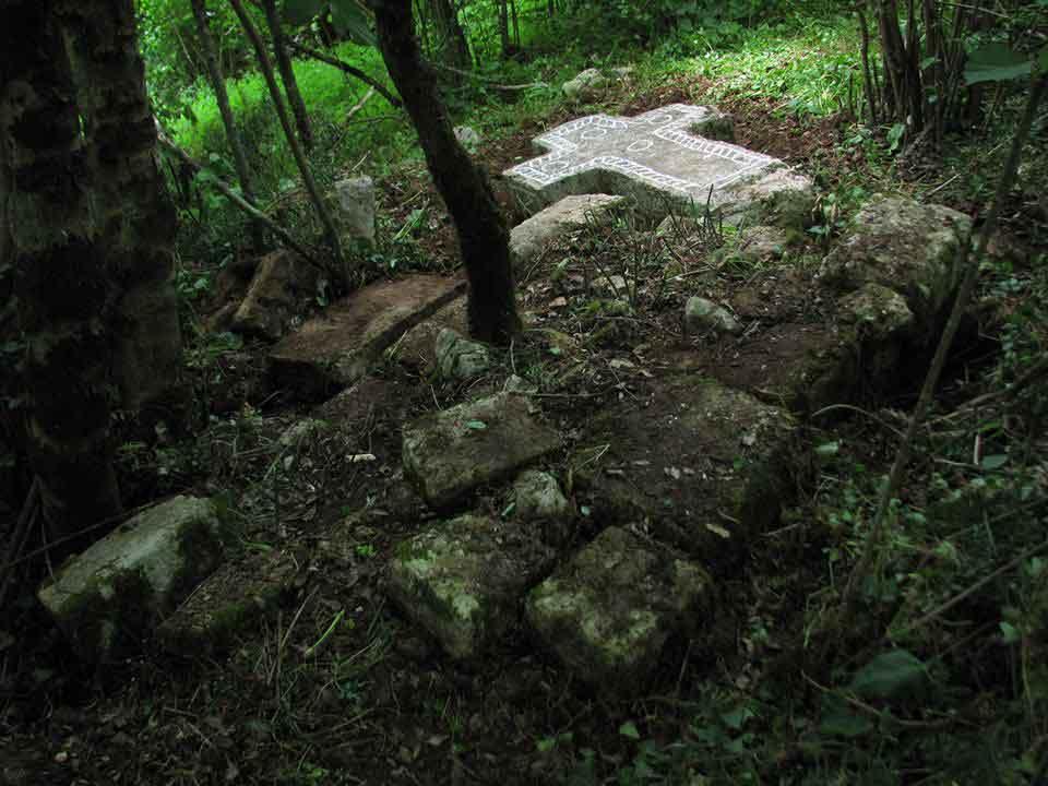 Spomenik-Sankovića-u-Vođenima,-poleđina