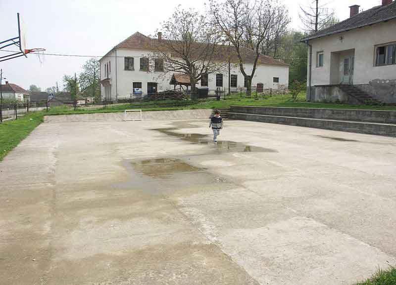 Сибница, школско двориште (фото Википедија)