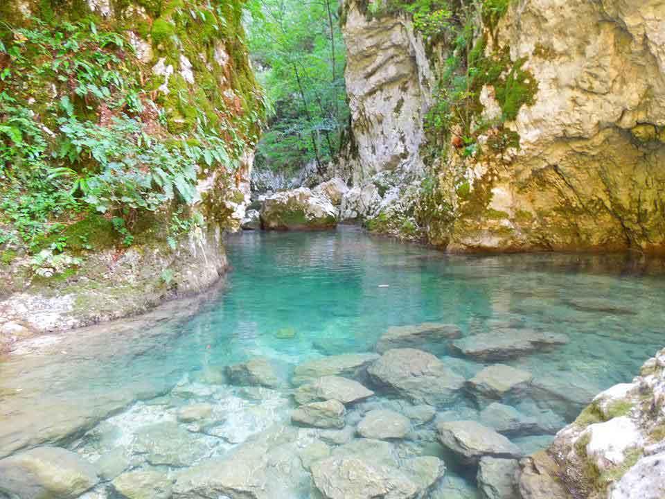Кањон Невидио, тзв. монашки поток (река Комарница). Манастир Јеловица је на 50 метара изнад